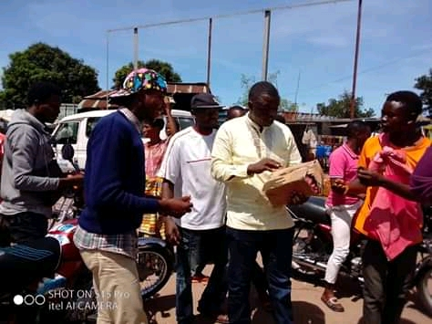 Mwene-ditu : lutte contre le Covid-19, un député provincial  distribue des cartons de savon à sa base