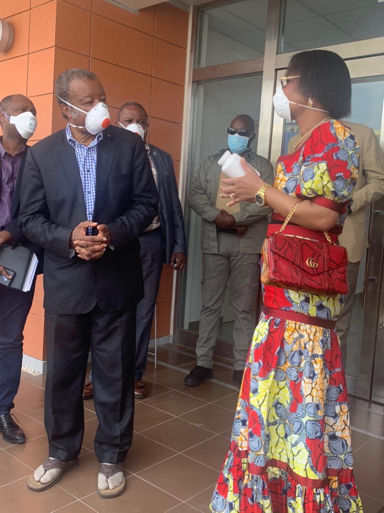 COVID-19/RDC : Olive Lembe fait un don de 400 cures de Chloroquine pour la prise en charge des malades