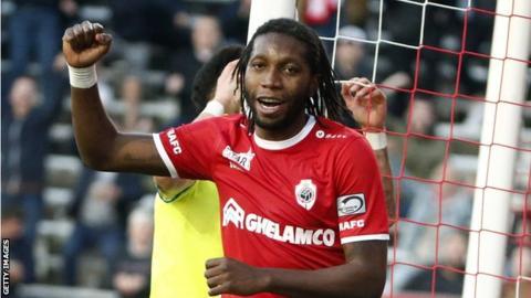 """Football/D1 Belgique : Dieumerci Mbokani, le """"Roi"""" du royaume des buteurs"""