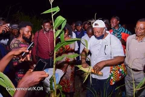 Kasai-oriental : le gouverneur Jean Maweja lance officiellement la récolte de maïs dans la ferme de Tshilenda