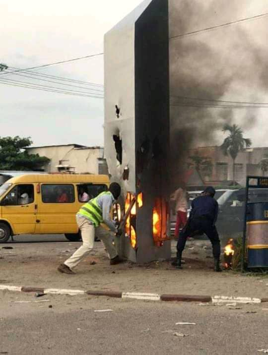Kinshasa/Bandalungwa : A peine apparu, le monolithe a été brûlé par la population