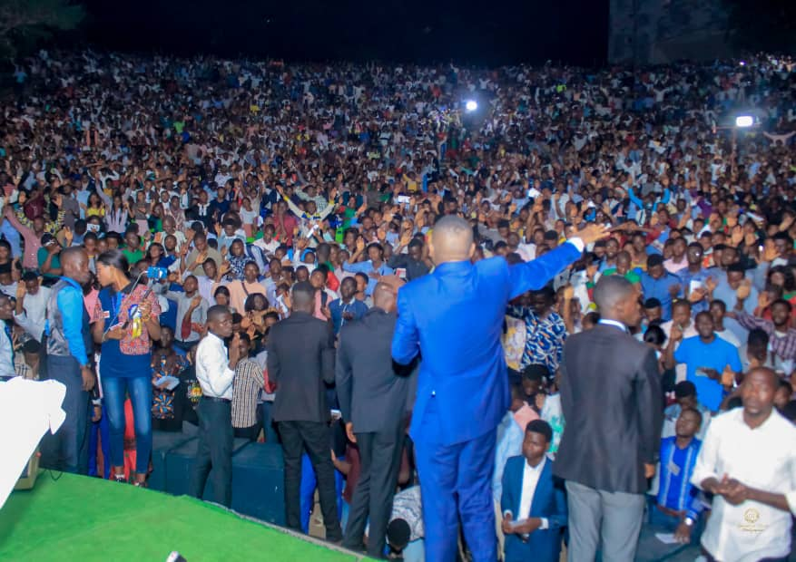 Rassemblement des prières avec le Prophète Djo Grâce Mwenze. De la montagne de Kimwenza au terrain de l'Ispt, le public garde la même ferveur