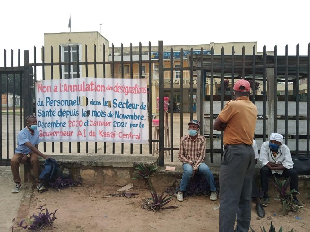 Kasaï Central : les prestataires de santé saqués de leurs postes d'affectation en sit-in devant le siège de l'Assemblée Provinciale